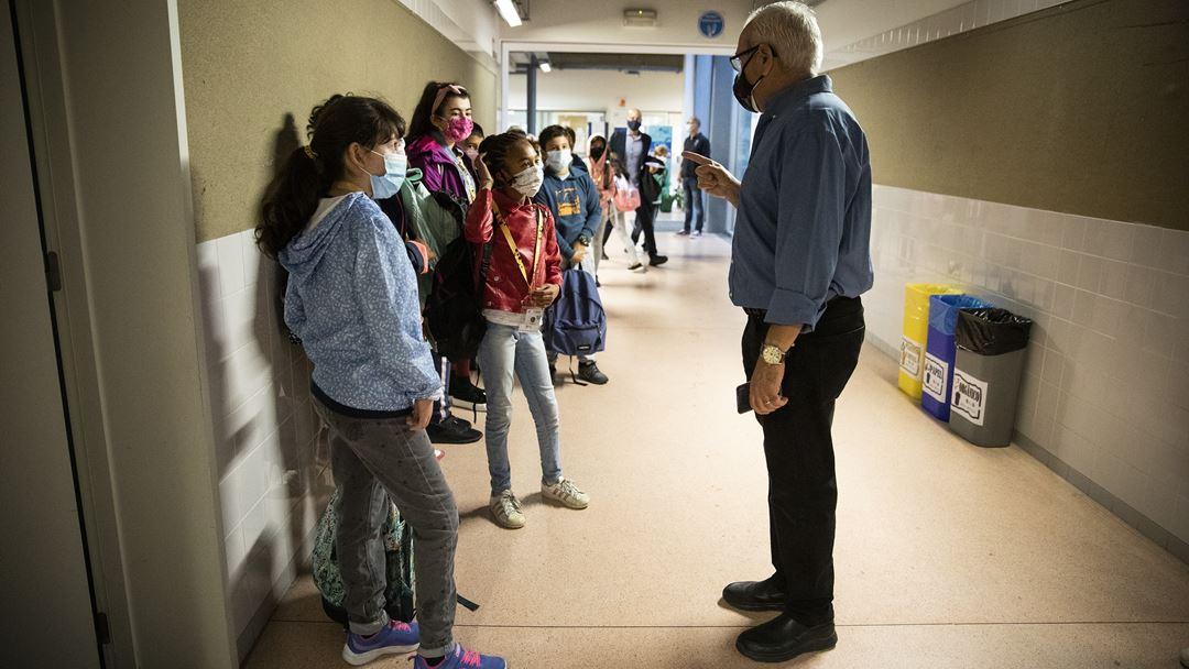 O diretor do agrupamento, David Sousa, dá indicações aos alunos do 2º ciclo. Foto: Joana Bourgard/RR