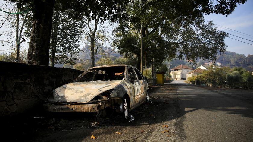 Vários carros e tractores ficaram destruídos.