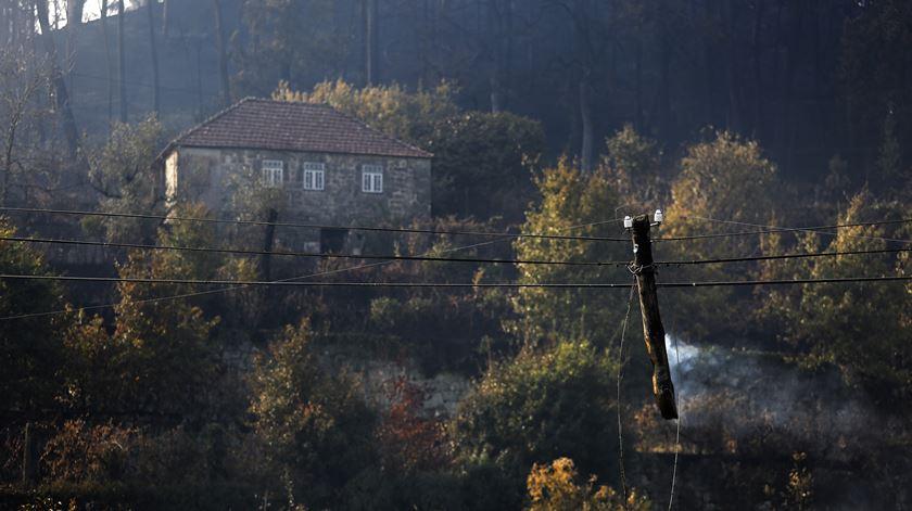 Na freguesia de Ventosa, no concelho de Vouzela, os cabos de electricidade seguram o que resta de um poste mas não trazem energia