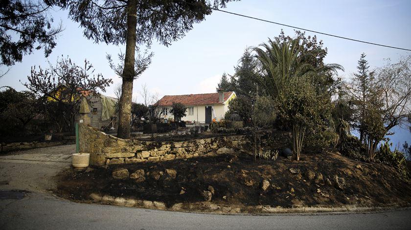A casa de Agostinho e Lisete ficou cercada pela fogo na madrugada de segunda-feira.