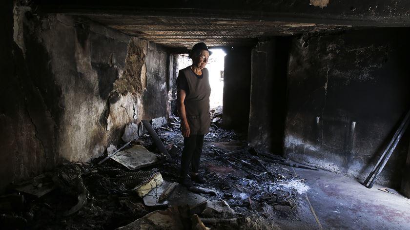 Rosalina no interior da sua casa, um mês após o incêndio