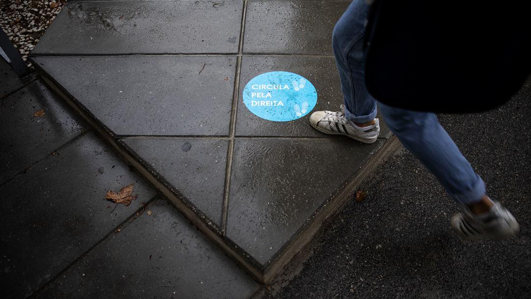 Em todos os locais acessíveis aos alunos foram definidos percursos e colocadas indicações de etiqueta respiratória e higiene de mãos. Foto: Joana Bourgard/RR