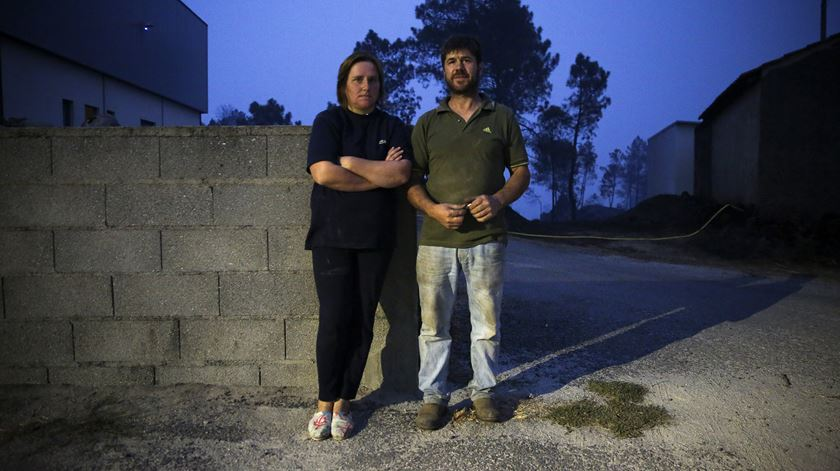João e Donzília Lopes, junto à serração em Sacorelhe
