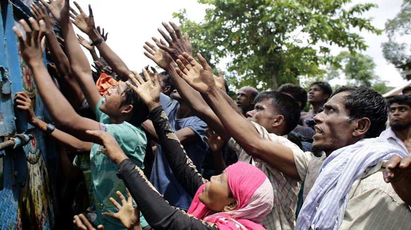 Centenas de milhares de muçulmanos do Rakhine têm fugido para o Bangladesh. Foto: Abri Abdullah/EPA