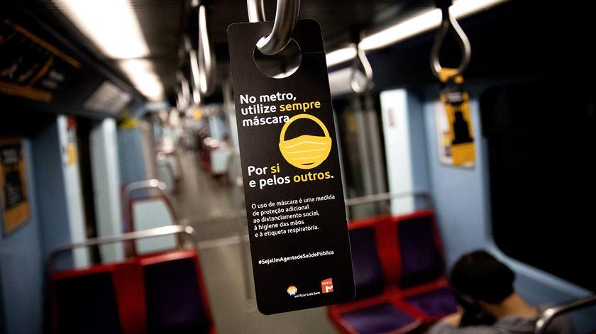 Letreiro anuncia o uso obrigatório de máscara no interior do metro de Lisboa, durante a pandemia de Covid-19. Foto: Joana Bourgard/RR