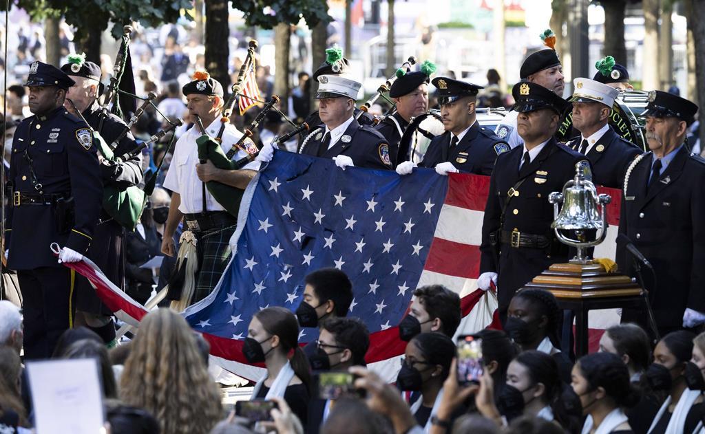 Os bombeiros da cidade de Nova Iorque carregam uma bandeira americana que esteve no local do World Trade Center, no início da cerimónia. Foto:Justin Lane/EPA