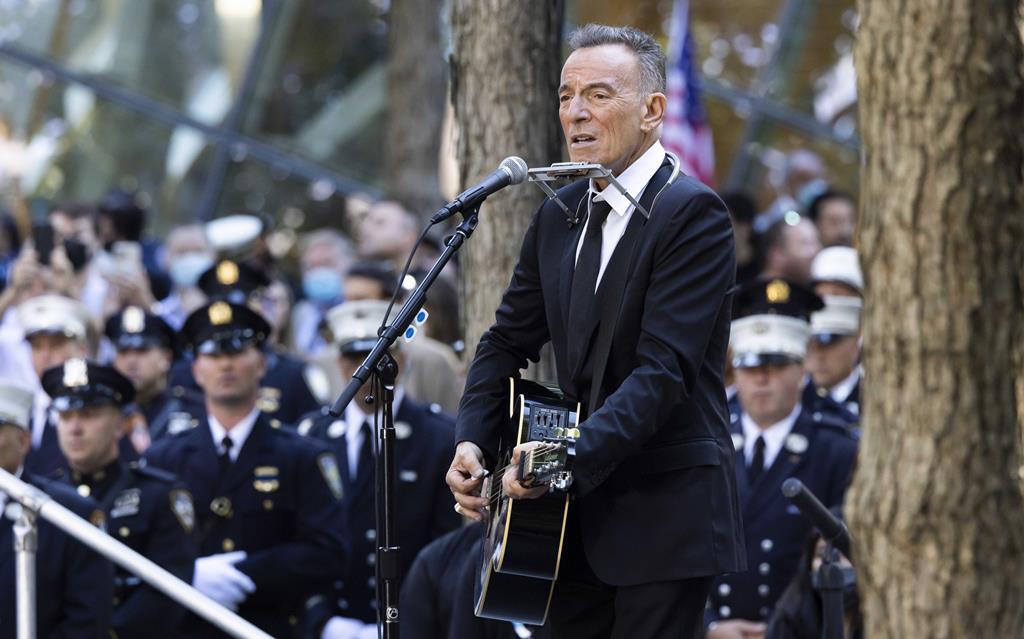 """Bruce Springsteen dedicou """"I'll See You in My Dreams"""" às vítimas, após o segundo minuto de silêncio, assinalado à hora em que, há duas décadas, o segundo avião embateu no WTC."""