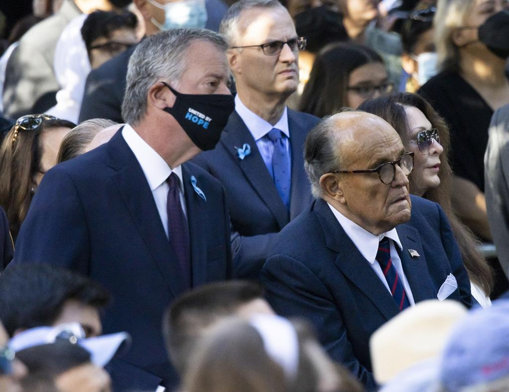 O mayor de Nova Iorque, Bill de Blasio, e o antigo mayor Rudolph Giuliani participaram na cerimónia.  Donald Trump não esteve presente na cerimónia, mas afirmou que irá visitar o Ground Zero para assinalar a data. Foto: Justin Lane/EPA