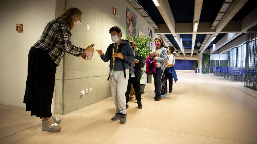 Mais de 1.300 alunos regressam às aulas no agrupamento de Tires, em plena pandemia de Covid-19. Foto: Joana Bourgard/RR