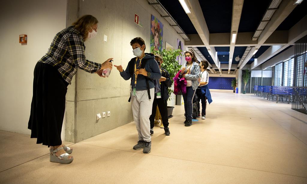 Um dos principais motivos para a preocupação com as escolas não é o risco para os alunos, mas o risco que a escola presencial representa para professores e familiares. Foto: Joana Bourgard/RR