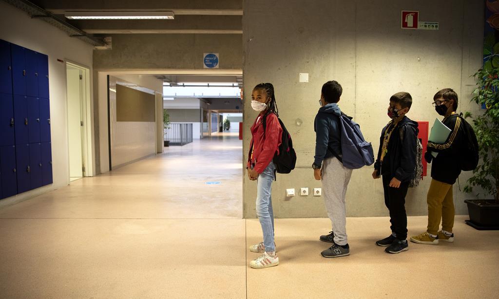 Há escolas abertas para apoiar os serviços que não podem fechar. Foto: Joana Bourgard/RR