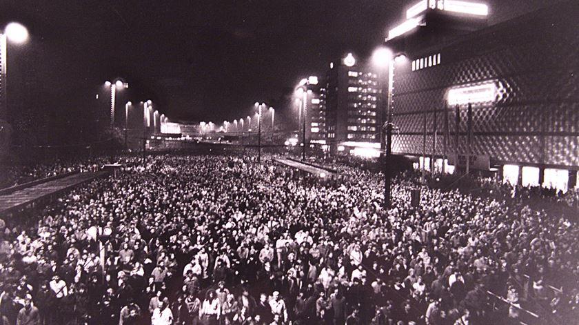 70 mil pessoas participaram num protesto na estação de Leipzig contra regime comunista da RDA pouco antes da queda do muro de Berlim. Foto: FAB/CLH/Reuters