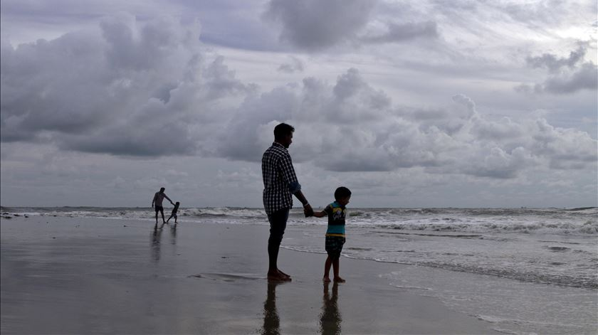 Os pais são competentes para educar os seus filhos, mas ás vezes precisam de um empurrão. Foto: Siviram V/Reuters