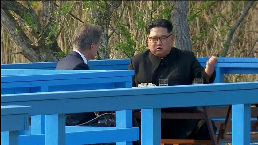 Kim Jong-Un e Moon Jae-in num encontro de paz em 2018. Foto: EPA