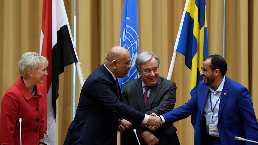 Líder da delegação huti, Mohammed Abdul-Salam (direita) e chefe da diplomacia do Iémen, Khaled al-Yaman, apertam mãos após primeiro passo para a paz. Foto: Reuters