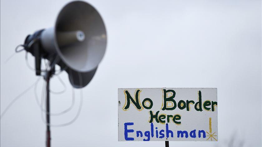 Cartaz na Irlanda do Norte contra a reposição da fronteira. Foto: Clodagh Kilcoyne/Reuters