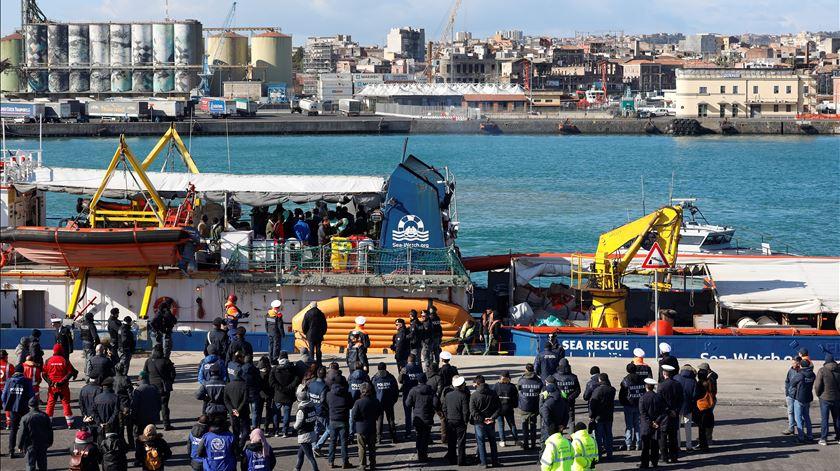 """O navio humanitário """"Sea Watch 3"""", no porto de Catania, aguardando por uma ordem de desembarque. Foto: Antonio Parrinello/Reuter"""