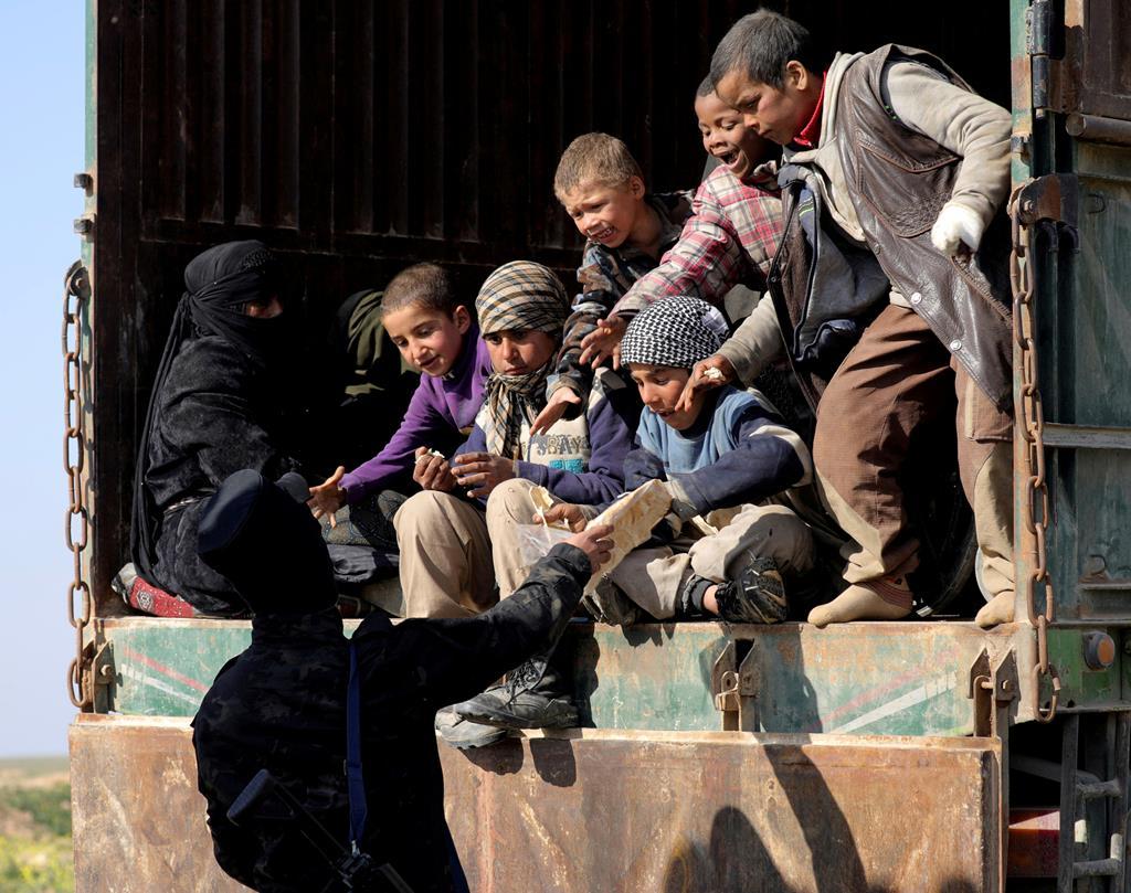 Forças Democráticas da Síria ajudam crianças num campo de deslocados em Baghouz, Síria. Foto: Rodi Said/Reuters