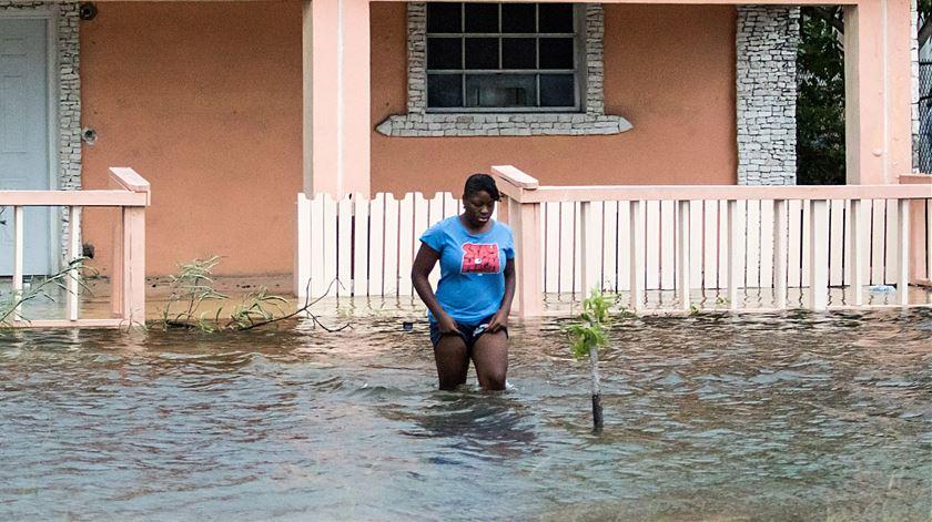 Mulher no meio dos destroços deixados pelo furacão, nas Bahamas Foto: REUTERS/John Marc Nutt