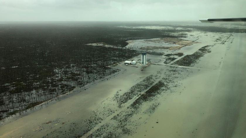 Vista aérea dos estragos no Aeroporto das Bahamas Foto: Reuters