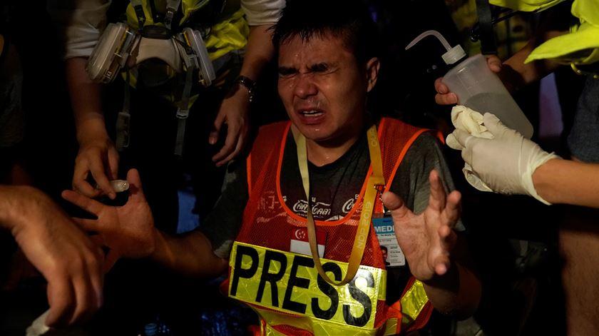 Jornalista atingido por gás pimenta à porta da esquadra de Mong Kok. Foto: Aly Song/Reuters