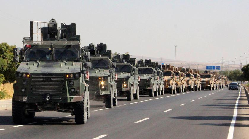 Carros blindados turcos a caminho da Síria. Foto: Mehmet Ali Dag/Ihlas via Reuters