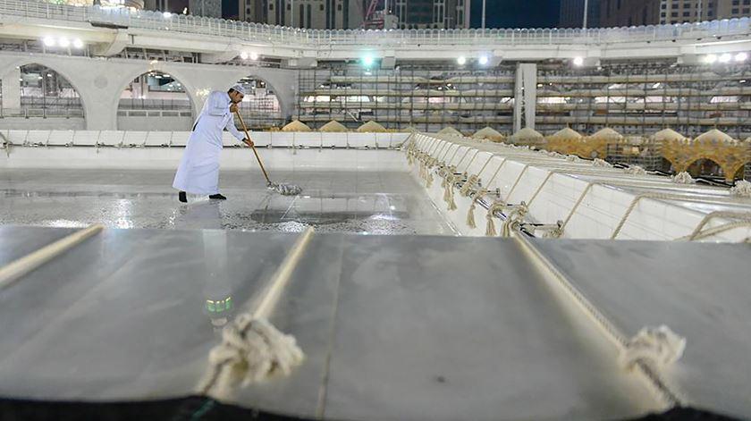 Um trabalhador limpa e esteriliza parte da Grande Mesquita de Meca, no início do ramadão Foto: Reuters