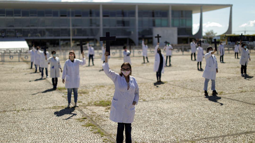Manifestação de profissionais de saúde em frente ao Palácio do Planalto, Brasília. Foto: Ueslei Marcelino/Reuters