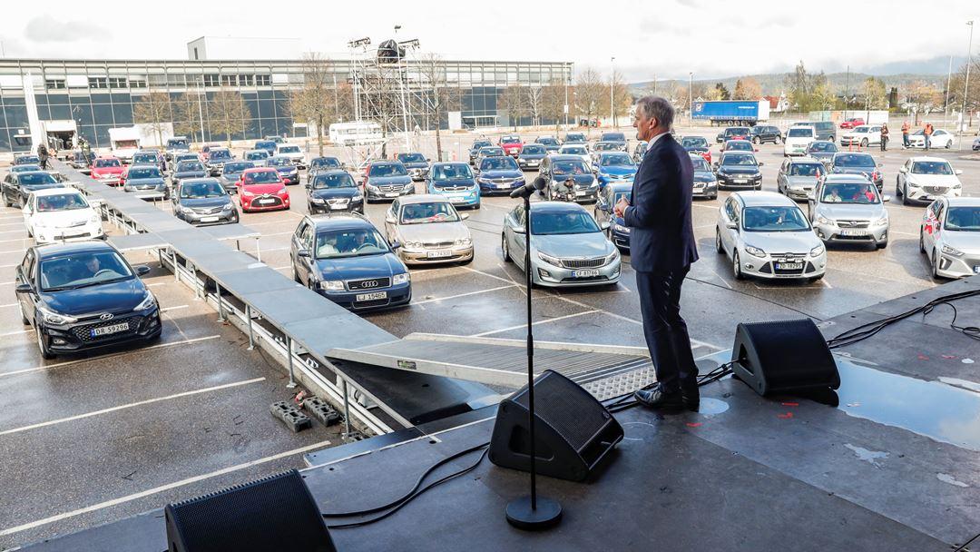Na Noruega, o líder do Partido Trabalhista, Jonas Gahr Store, discursou perante um grupo de carros, de forma a manter o distanciamento social. Foto: Terje Bendiksby/NTB Scanpix via REUTERS