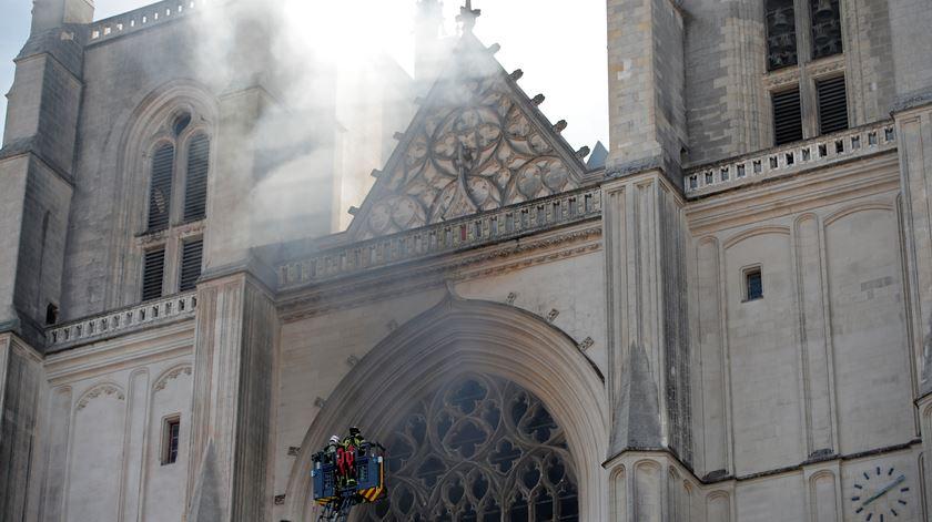 Incêndio na catedral de Nantes, França. Foto: Stephane Mahe/Reuters