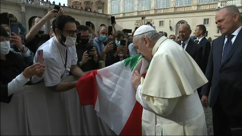 O Papa Francisco beija uma bandeira do Líbano, no Vaticano. Foto: Vaticano