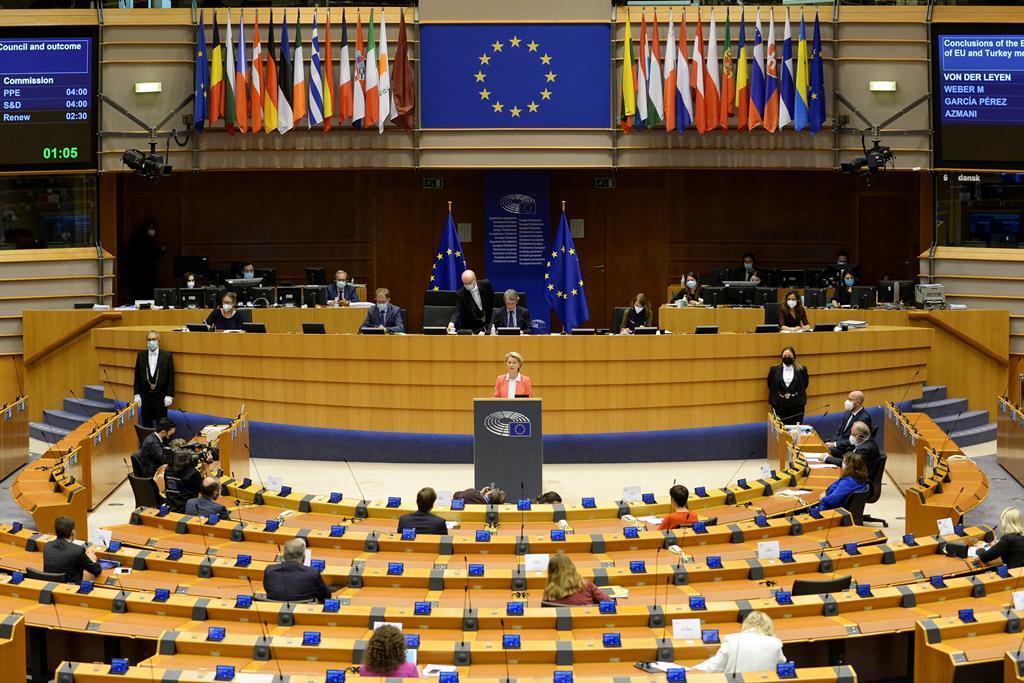 Para financiar a recuperação, a Comissão Europeia vai, em nome da União Europeia, contrair empréstimos nos mercados de capitais até 750 mil milhões de euros. Foto: Johanna Geron/Reuters