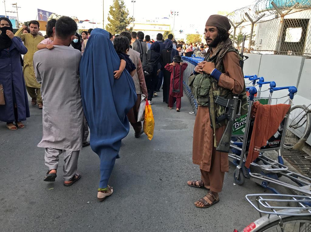 Membro dos Talibãs de guarda Foto: Stringer/Reuters