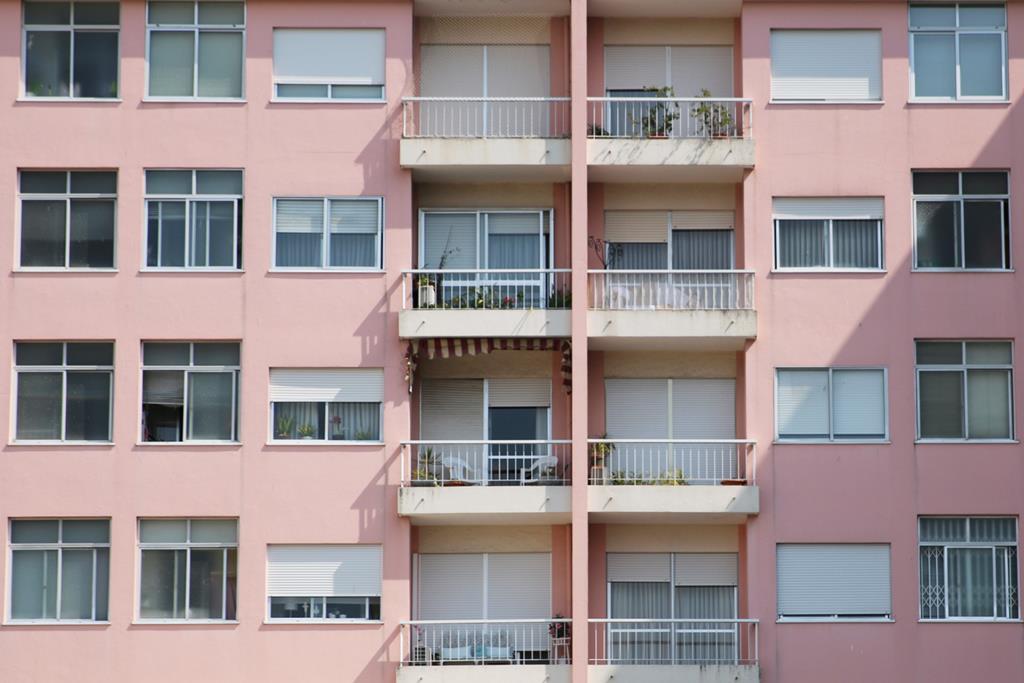 Portas, janelas e pavimentos são algumas das alterações previstas nos vales. Foto: Gonçalo Costa/RR