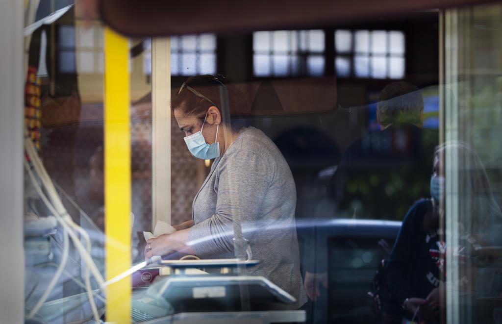 Filomena Santos, dona da Pastelaria Avenida, serve os clientes ao postigo. Foto: Sofia Freitas Moreira/RR