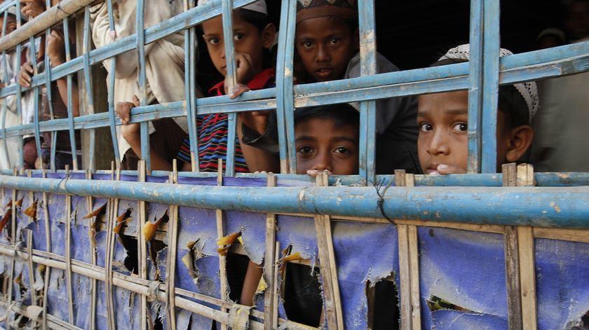 Crianças Rohingya numa aldeia no Estado birmanês de Rakhine. Foto: Aministia Internacional