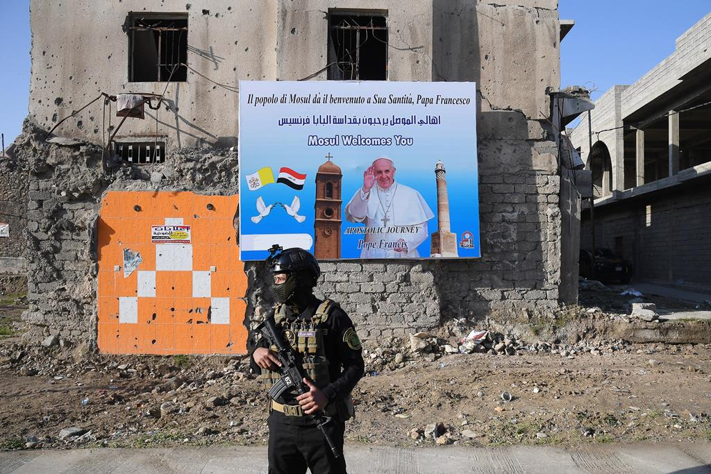 Militar guarda as ruas da cidade de Mossul, no Iraque, no dia da visita do Papa Francisco. Foto: Alessandro Di Meo/EPA