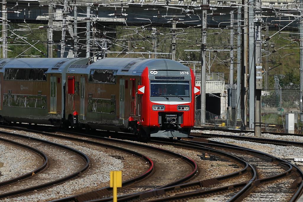 Comboio de dois andares da CP chega a Lisboa após reabilitação no Entroncamento. Foto: Manuel De Almeida/Lusa
