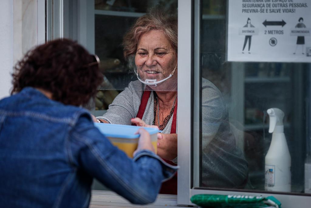 Distribuição de comida a pessoas necessitadas. Foto: Luís Forra/Lusa