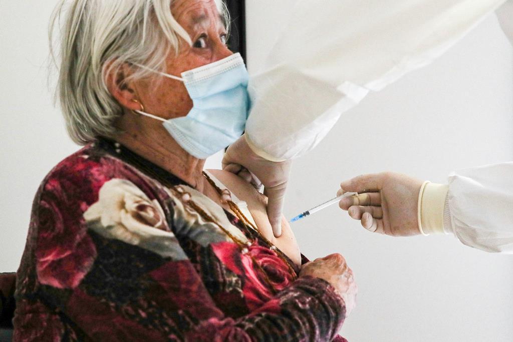 """Idosos podem ser vacinados em regime de """"casa aberta"""", mas não numa casa qualquer. Foto: Paulo Novais/Lusa"""