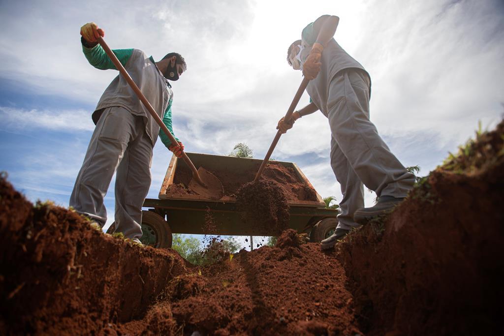 Funeral de vítima da covid no Brasil, um dos países mais atingidos pela doença. Foto: Joedson Alves/EPA