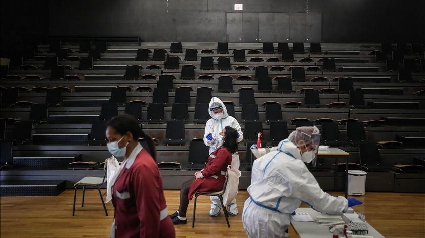 Campanha de testagem a professores e funcionários no regresso às aulas, no agrupamento de escolas D. Dinis. Foto: Mário Cruz/ Lusa