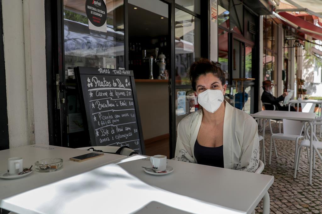 Mariana bebe um café numa esplanada de Telheiras. Foto: Tiago Petinga/Lusa