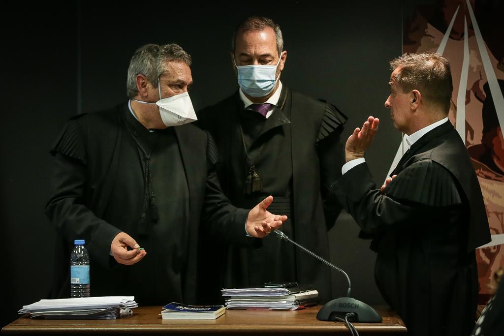 Procurador Rosário Teixeira conversa com o juiz Ivo Rosa após decisão da fase de instrução da Operação Marquês. Foto: Mário Cruz/Lusa