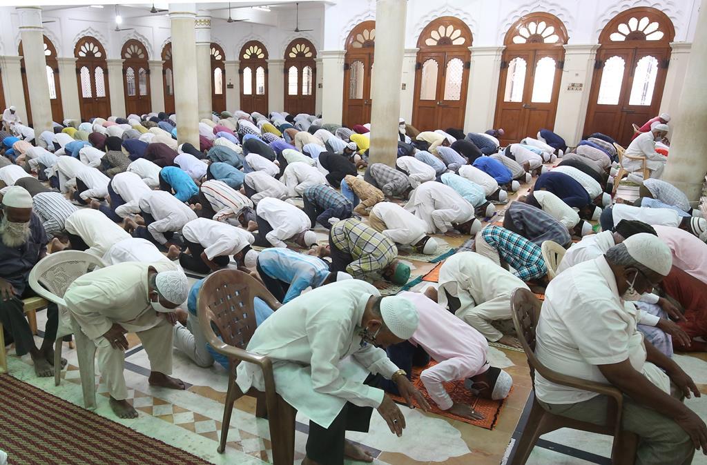 Muçulmanos em oração durante o Ramadão, em Bangalore, na Índia. Foto: Jagadeesh Nv/EPA