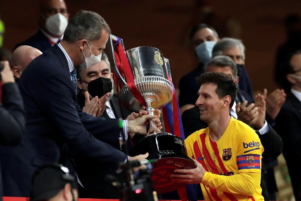 Lionel Messi recebe a Taça do Rei das mãos do Rei Felipe VI. Foto: Julio Munoz/EPA