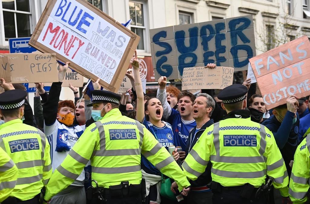 Adeptos ingleses protestam contra a Superliga Europeia. Foto: Neil Hall/EPA