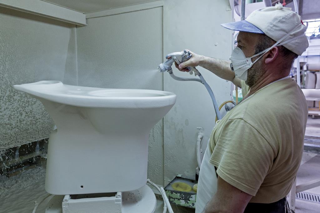 Trabalhador de fábrica de cerâmica Foto: José Coelho/Lusa