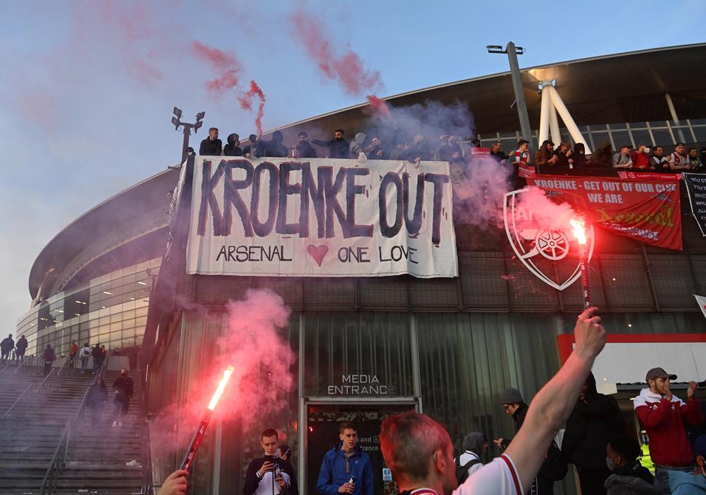 Adeptos do Arsenal exigem saída de Stan Kroenke. Foto: Facundo Arrizabalaga/EPA