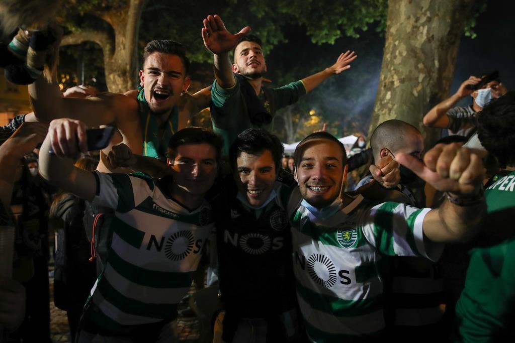 Festa na praça da República, em Coimbra. Foto: Paulo Novais/Lusa